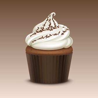 Cupcake avec crème fouettée blanche et arrose close up