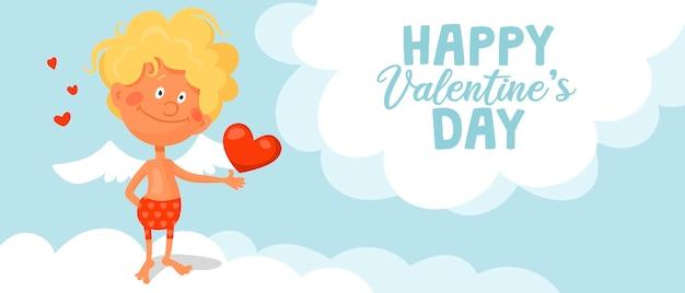 Un cupdon drôle mignon se dresse sur un nuage et tient un coeur dans ses mains.