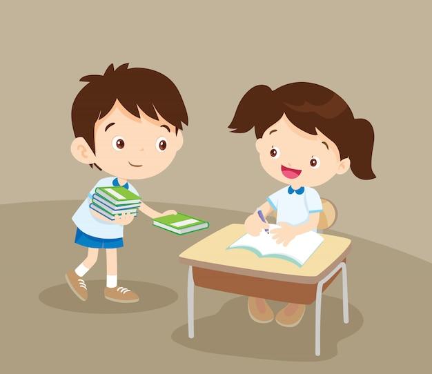 Cute student boy donner un livre à un ami