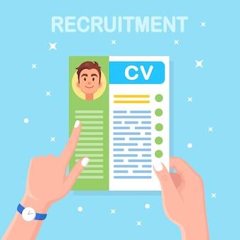 Cv entreprise en main. entretien d'embauche, recrutement, recherche d'employeur, embauche. ressource humaine