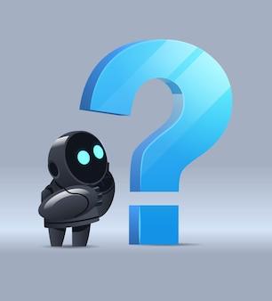 Cyborg robot frustré debout près du point d'interrogation aider le service de support faq problème technologie d'intelligence artificielle