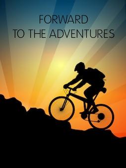 Cycliste et coucher de soleil dans les montagnes