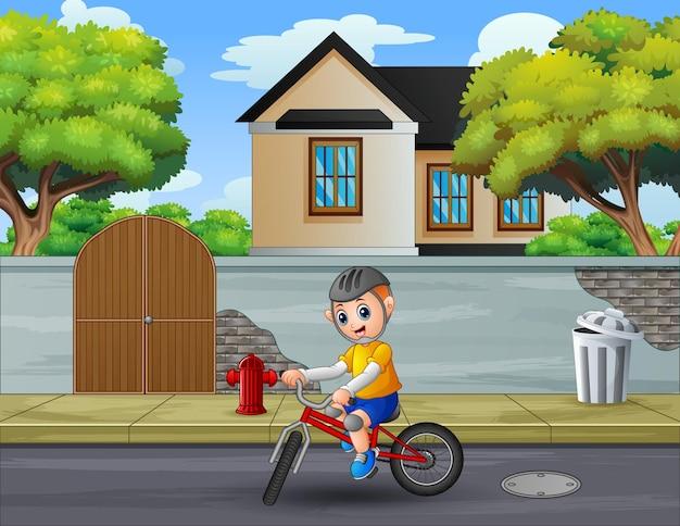 Cycliste roulant à la campagne