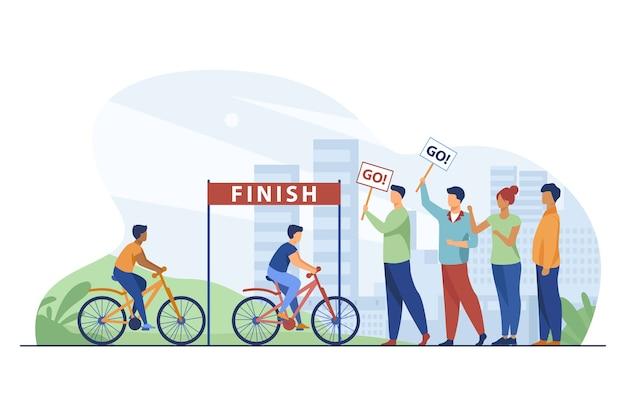 Les cyclistes en compétition sur le marathon cycliste de la ville.