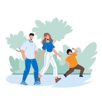 Dans family park walking parents avec enfant vecteur. père, mère et fils marchent ensemble dans le parc familial. personnages homme, femme et garçon enfant heureux temps de loisirs en plein air illustration de dessin animé plat