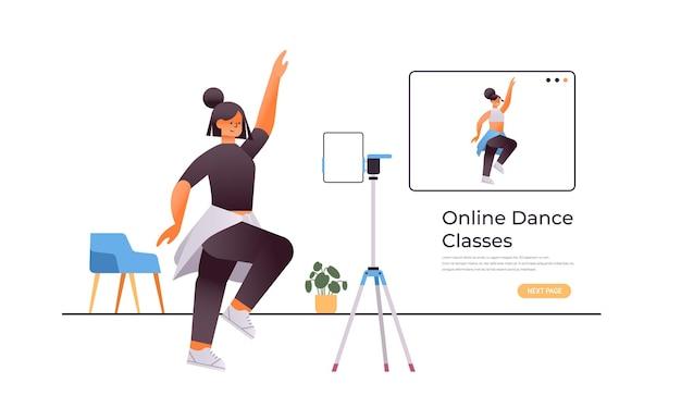 Danseuse faisant des exercices de danse tout en regardant le programme de formation vidéo en ligne avec le concept d'entraînement de professeur de danse