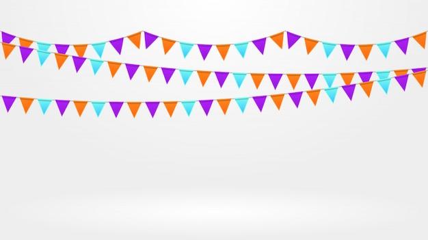 Décor de fête. chaîne de drapeaux colorés lumineux sur fond gris. guirlandes de bruants