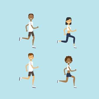 Définir la diversité homme femme courir mix race mâle personnage féminin pleine longueur sur fond bleu plat