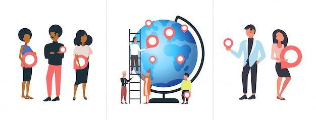 Définir les personnes détenant le pointeur de la balise geo hommes femmes avec marqueur de localisation navigation gps navigation concept de position commerciale collection pleine illustration horizontale