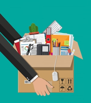Déménagement dans un nouveau bureau. boîte en carton à la main