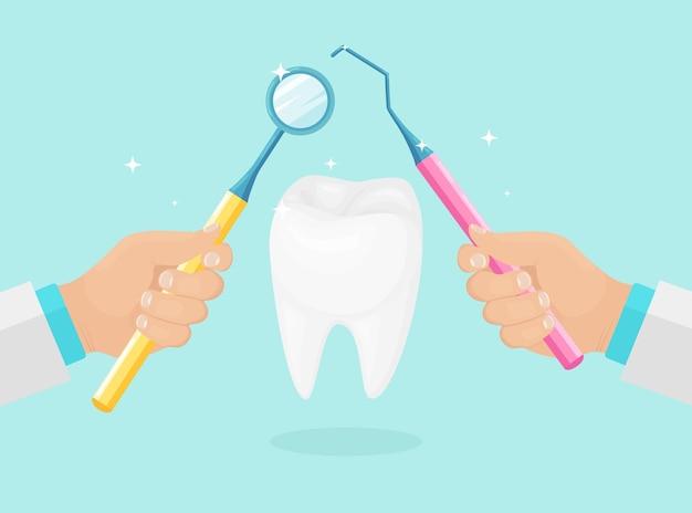 Dentiste tenir les instruments dans les mains de l'examen de la dent du patient