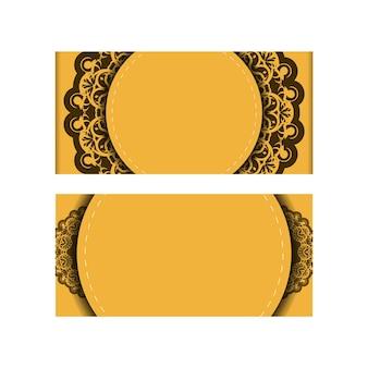 Un dépliant de félicitations de couleur jaune avec un ornement brun indien est préparé pour l'impression.