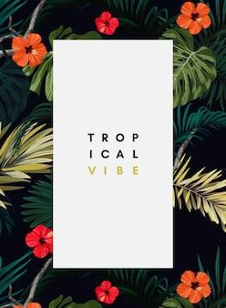 Design tropical sombre avec des feuilles de monstera exotiques et de palmier royal et des fleurs d'hibiscus rouges