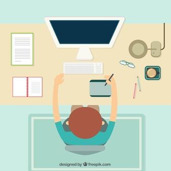 Designer travaillant sur son ordinateur en vue de dessus