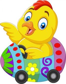 Dessin animé bébé poussin monte une voiture d'oeuf de pâques