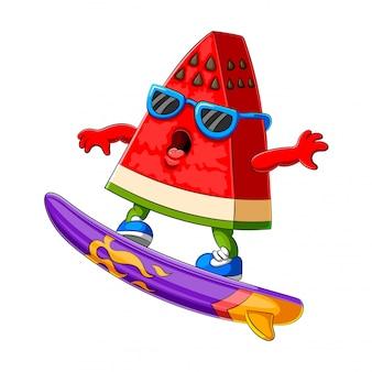Dessin animé drôle de pastèque surf