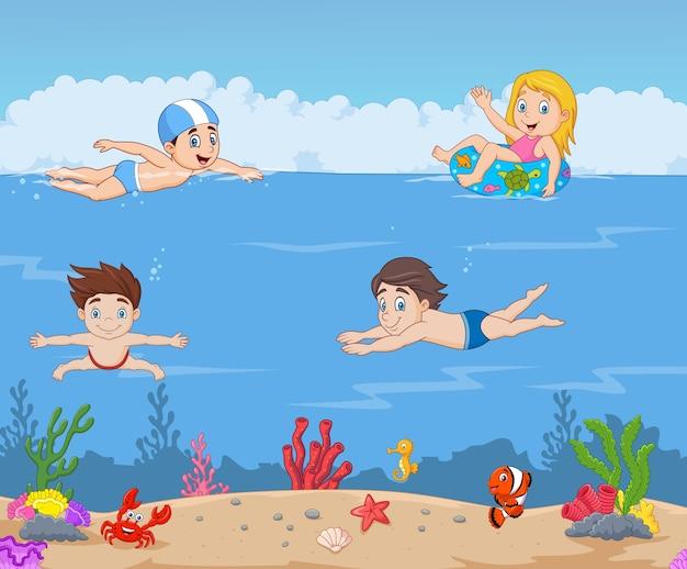 Dessin animé enfants nageant dans l'océan tropical