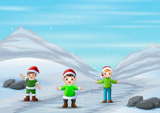 Dessin animé les garçons jouant sur la route enneigée