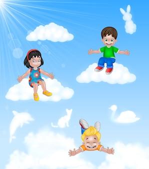 Dessin animé heureux petits enfants assis sur le nuage