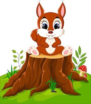 Dessin animé mignon bébé écureuil sur une souche d'arbre