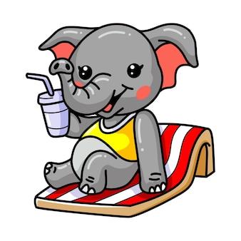 Dessin animé mignon bébé éléphant bronzer sur une chaise de plage