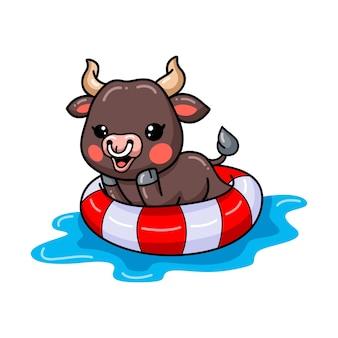 Dessin animé mignon bébé taureau nageant sur l'anneau de piscine gonflable