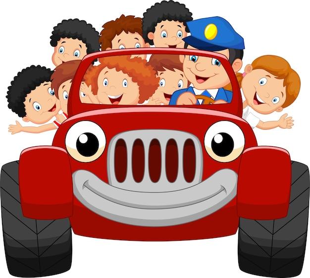 Dessin animé petit enfant heureux avec une voiture rouge