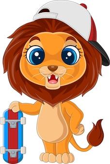 Dessin animé petit lion tenant une planche à roulettes