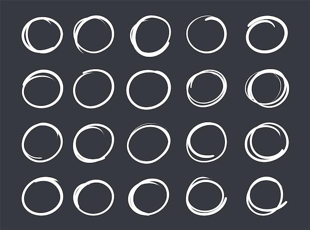 Dessin au trait de craie de vecteur dessiné à la main avec un cercle géométrique sur le tableau noir.