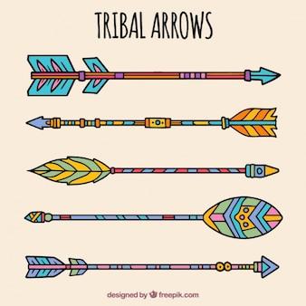 Dessinés à la main des flèches tribales