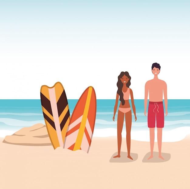 Dessins animés fille et garçon avec maillot de bain à la plage avec conception de vecteur de planches de surf