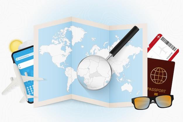 Destination de voyage république centrafricaine, maquette de tourisme avec équipement de voyage et carte du monde avec loupe sur une république centrafricaine.