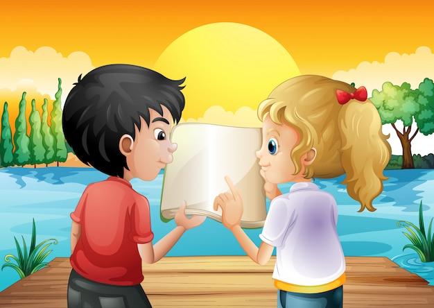 Deux adolescents lisant un livre vide au plongeoir en bois