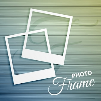 Deux cadres photo vide sur fond de bois