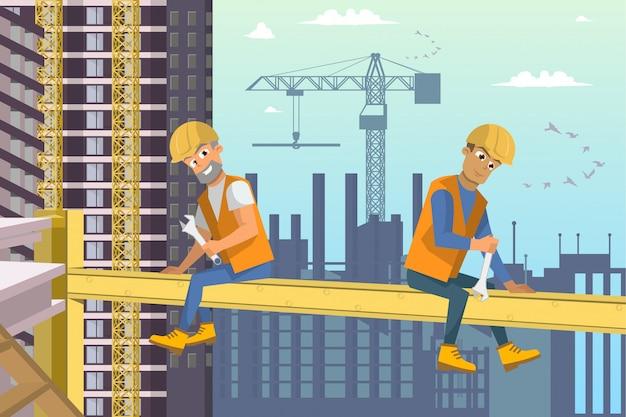 Deux constructeurs assis sur un faisceau au-dessus de la construction d'une maison.