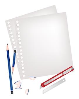 Deux crayons et un couteau avec une page blanche