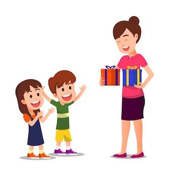Deux enfants étaient heureux parce qu'ils recevaient des cadeaux de leur mère