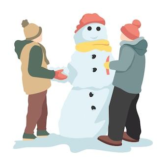 Deux enfants font des poupées de neige en hiver
