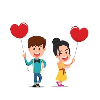 Deux enfants mignons tenant des ballons en forme de coeur