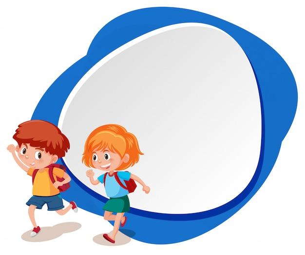 Deux enfants avec un modèle bleu