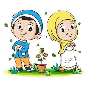 Deux enfants musulmans avec une bonne pose