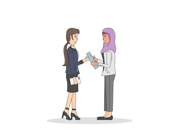 Deux femmes discutent du travail