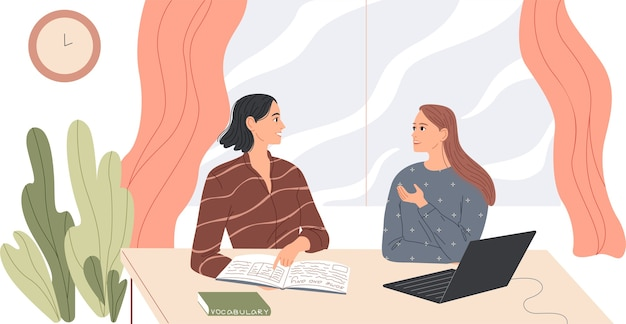 Deux femmes s'assoient au bureau et parlent.
