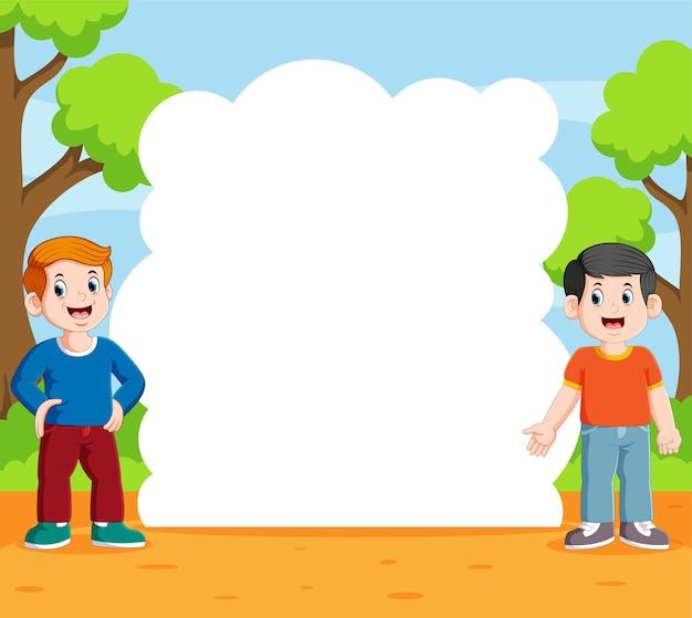 Deux garçon debout et parler dans le jardin avec le panneau de discours vierge
