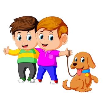 Deux garçons avec un chien de compagnie