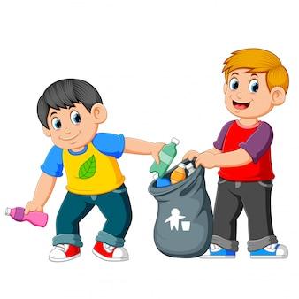 Deux garçons ramassant des ordures