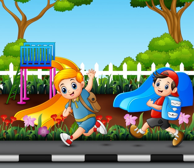 Deux garçons vont à l'école par la route du parc