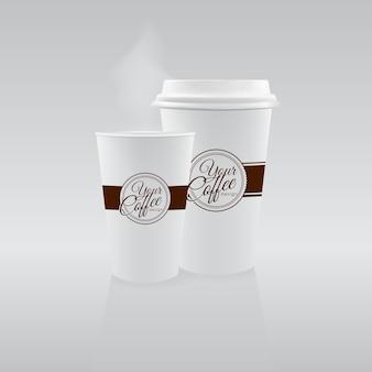 Deux gobelets en papier avec café