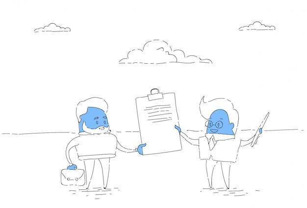 Deux homme d'affaires détiennent un contrat de signature, concept d'accord avec succès