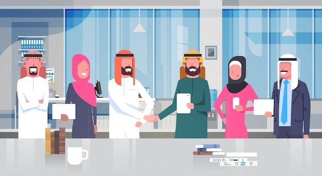 Deux hommes d'affaires arabes poignée de main sur l'équipe de gens d'affaires musulmanes dans le concept de partenariat et d'accord de bureau moderne
